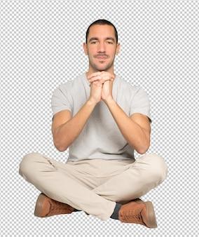 Jonge man die een gebaar van teamwerk met zijn handen maakt