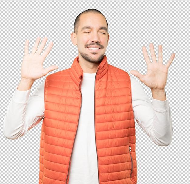 Jonge man een nummer tien gebaar maken