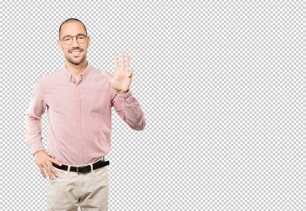 Jonge man een nummer vier gebaar maken