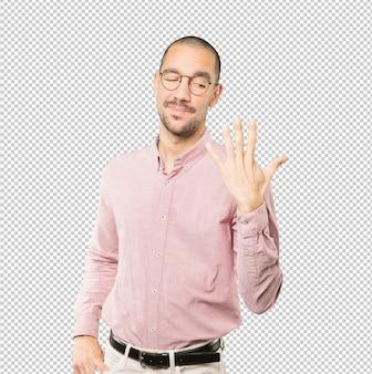Jonge man een nummer vijf gebaar maken