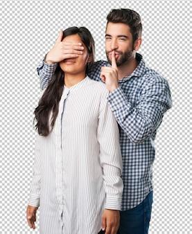 Jonge man geeft een verrassing aan zijn vriendin
