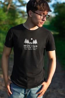 Jonge man met een mock-up t-shirt in de natuur