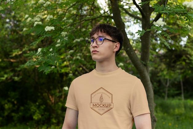 Jonge man met een mock-up t-shirt