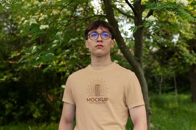 Jonge man met een mock-up t-shirt Gratis Psd