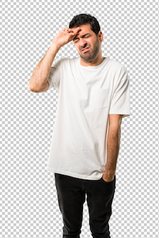 Jonge man met wit overhemd met moe en zieke uitdrukking