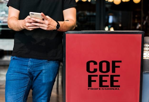 Jonge man te wachten op een koffieshop