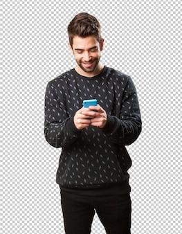 Jonge man typen op mobiel