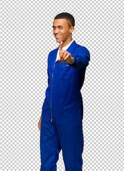 Jonge man van de afro amerikaanse arbeider die en een vinger toont opheft