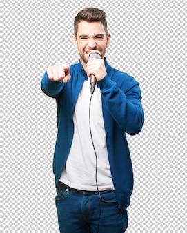 Jonge man zingen met een microfoon