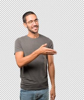 Jonge man zwaaien met zijn hand