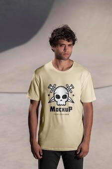 Jonge mannelijke skateboarder met mock-up t-shirt