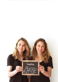Jonge meisjes houden leisteen mockup