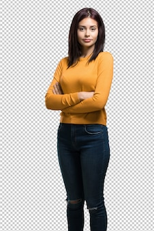 Jonge mooie vrouw zijn armen oversteken, serieus en opleggen, zich zelfverzekerd voelen en macht tonen
