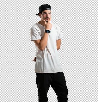 Jonge rapper man denken en opzoeken, verward over een idee, zou proberen een oplossing te vinden