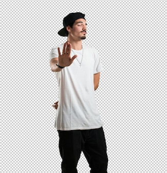 Jonge rapper man serieus en vastberaden, hand in hand, stop gebaar