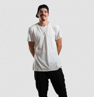 Jonge rapper man vrolijk en met een grote glimlach, zelfverzekerd, vriendelijk en oprecht