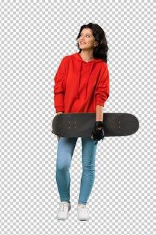 Jonge schaatservrouw die omhoog terwijl het glimlachen kijkt