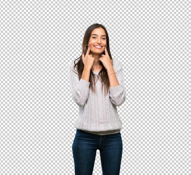 Jonge spaanse donkerbruine vrouw die met een gelukkige en prettige uitdrukking glimlacht