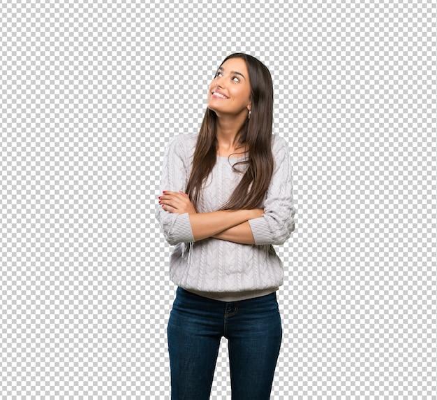 Jonge spaanse donkerbruine vrouw die omhoog terwijl het glimlachen kijkt