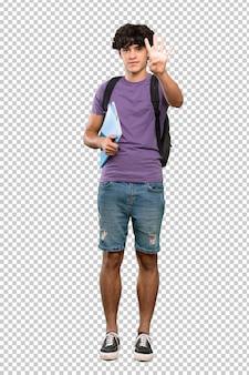 Jonge studentenmens gelukkig en tellend vier met vingers