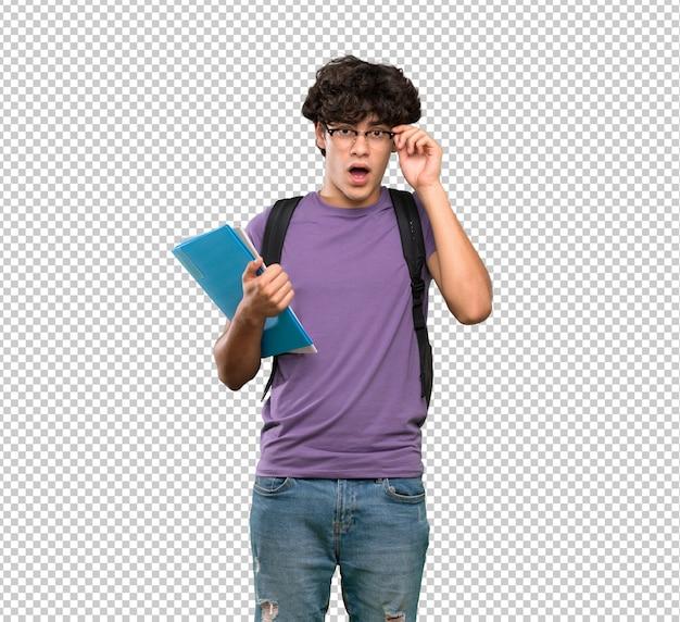 Jonge studentenmens met glazen en verrast