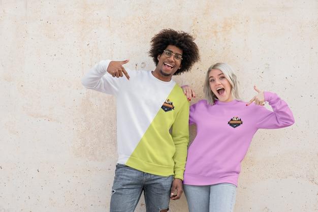 Jonge vrienden die hoodies dragen