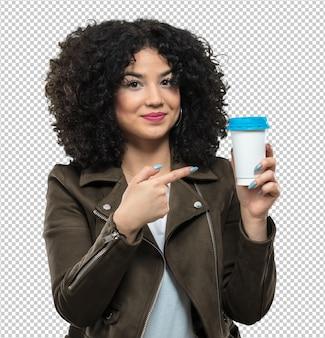 Jonge vrouw die een koffie houdt