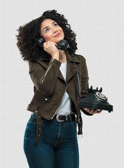 Jonge vrouw die een telefoon houdt