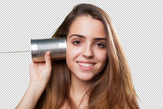 Jonge vrouw die een telefoon van het tinblik op wit met behulp van
