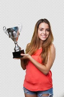 Jonge vrouw die een trofee op een wit houdt