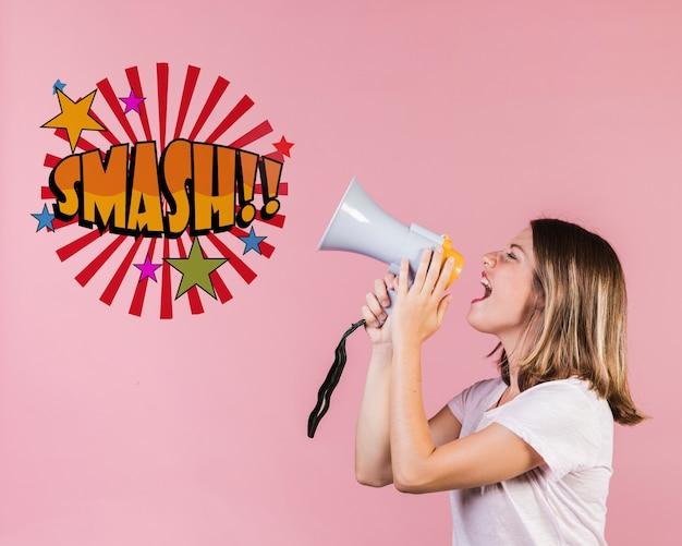 Jonge vrouw die in een sprekende trompet naast een bericht schreeuwt