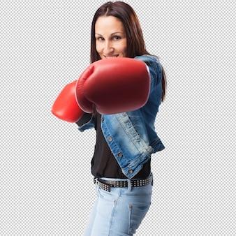 Jonge vrouw die met rode handschoenen glimlacht