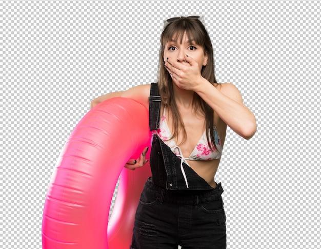 Jonge vrouw in bikini die mond behandelt met handen