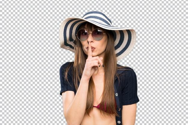 Jonge vrouw in bikini die stiltegebaar doet