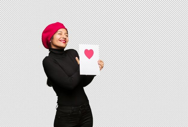Jonge vrouw in valentijnsdag die een omhelzing geeft