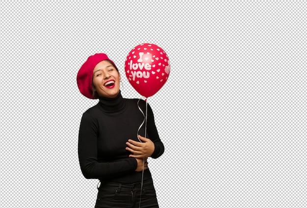 Jonge vrouw in valentijnsdag lachen en plezier maken