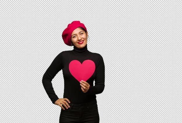 Jonge vrouw in valentijnsdag met handen op heupen