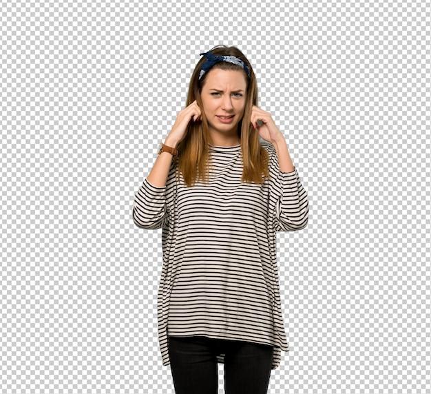 Jonge vrouw met hoofddoek gefrustreerd en oren met handen te dekken