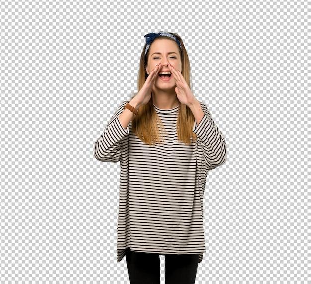 Jonge vrouw met hoofddoek schreeuwen en aankondiging van iets