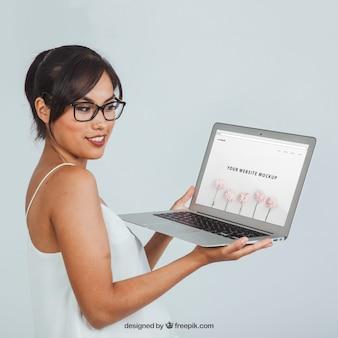 Jonge vrouw met laptop's mock up