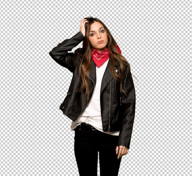 Jonge vrouw met lederen jas met een uitdrukking van frustratie en niet begrijpen