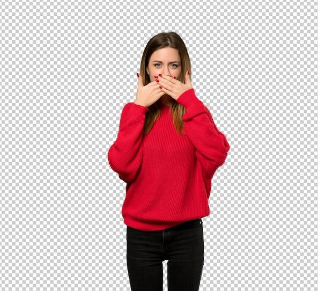 Jonge vrouw met rode sweater die mond behandelt met handen voor iets ongepast zeggen