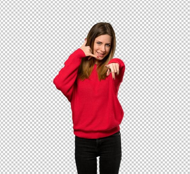 Jonge vrouw met rode sweater die telefoongebaar maakt en voorzijde richt