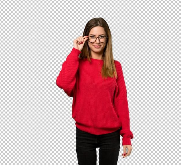 Jonge vrouw met rode trui met een bril en verrast