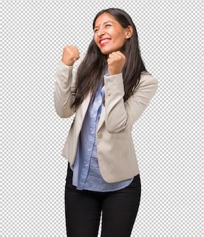 Jonge zakelijke indiase vrouw erg blij en opgewonden