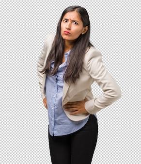 Jonge zakelijke indiase vrouw erg boos en overstuur, zeer gespannen, schreeuwend woedend, negatief en gek