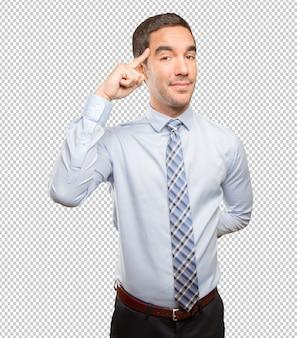 Jonge zakenman die een concentratiegebaar doet