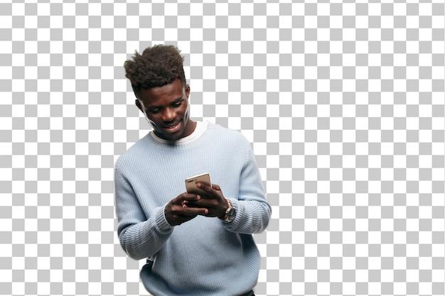 Jonge zwarte man met behulp van een slimme mobiele telefoon