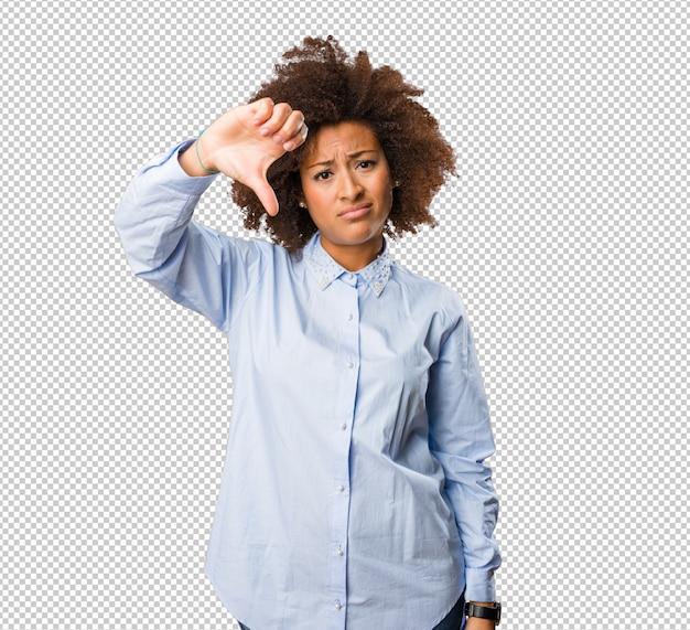 Jonge zwarte vrouw doet een negatief gebaar