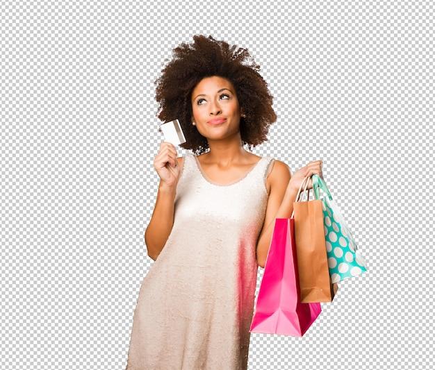 Jonge zwarte vrouw gaan winkelen